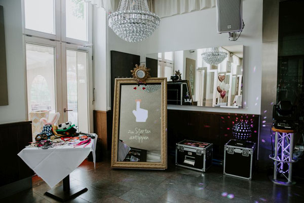 """Mal eine etwas andere """"Fotobox"""" - ein ganzer Fotospiegel - hier kommen alle Gäste und vor allem die Braut  mit """"Wow""""-Effekt zur Geltung"""