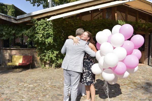 die Hochzeitsplanerin Stefanie Frädrich gratuliert dem stolzen Bräutigam