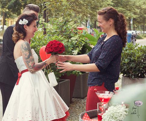 Hochzeitsplanerin empfängt das Brautpaar