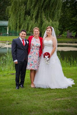 das Brautpaar und die Weddingplanerin