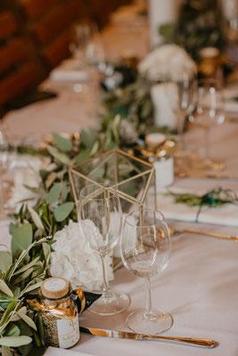 Tischdeko mit viel Grün und weißen Blüten