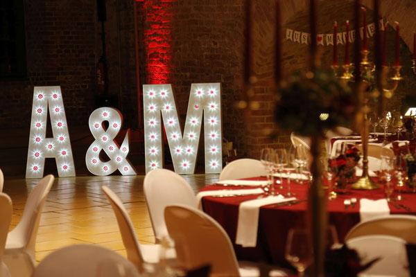 Leuchtbuchstaben sind ein schönes Deko-Highlight im Festsaal