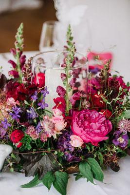 ein farbintensives Centerpiece auf dem Hochzeitstisch
