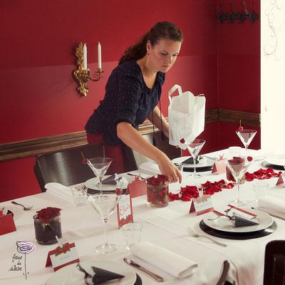 Letzte Feinheiten bei der Tischdeko