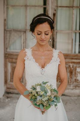 eine wunderschöne Braut mit einem tollen greenery Brautstrauß