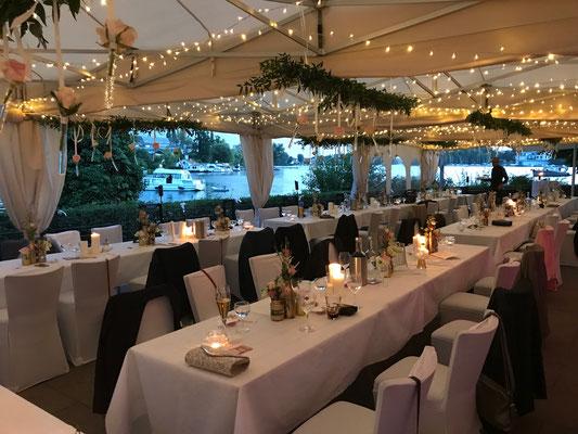 am Abend verleihen die 2000 kleinen LED-Lampen den Zelten einen romantische Stimmung