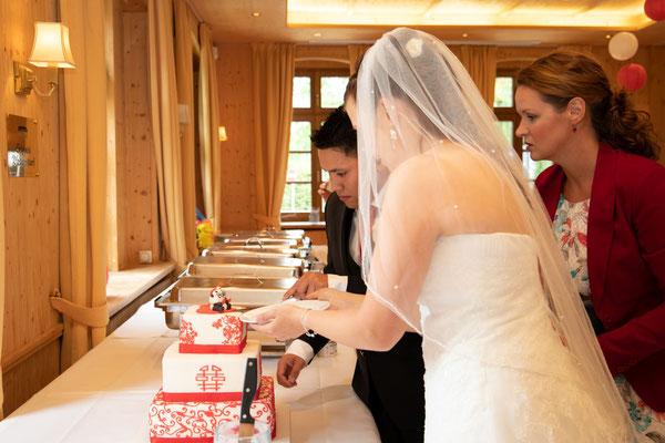 der gemeinsame Anschnitt der Hochzeitstorte darf nicht fehlen