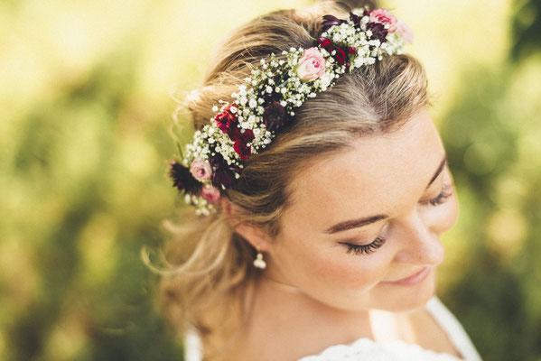 Wunderschönes Blumenhaarband für eine vintage Hochzeit auf dem Land
