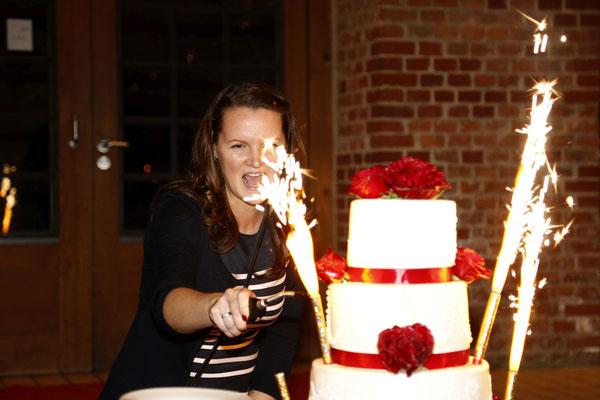 die Hochzeitsplanerin Stefanie zündet die Fontänen der Hochzeitstorte an