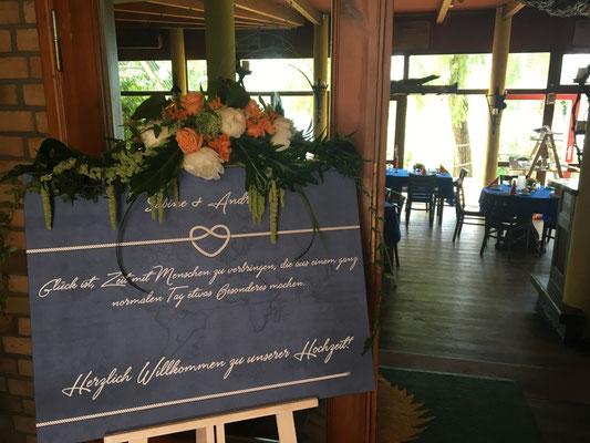 ein Willkommensschild zur Begrüßung der Hochzeitsgäste