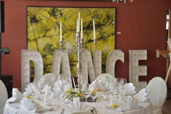 der festlich geschmückte Saal mit Leuchtbuchstaben auf der Tanzfläche