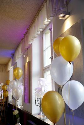 Die Heliumballons und die weißen Straußenfedern verleihen dem Tanzsaal noch einen zusätzlichen Glanz