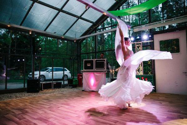 Warum nicht mal eine Bauchtänzerin auf einer Hochzeit auftreten lassen!?