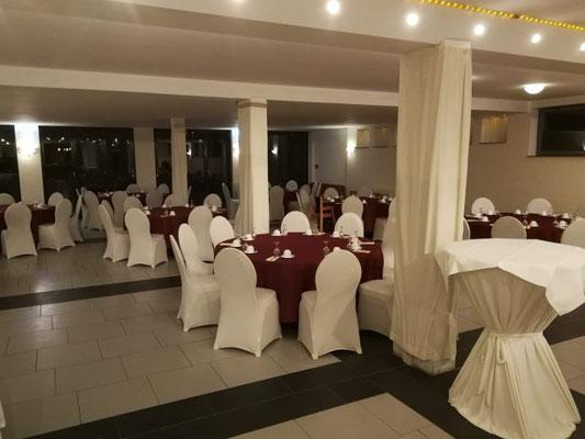 so sah der Saal vor dem Eintreffen der Hochzeitsplanerin aus (die roten Tischdecken wurden bereits vorab per Post geschickt)