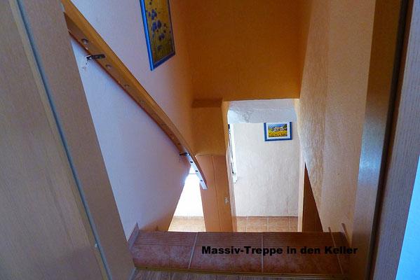 Massiv-Treppe in den Kellerbereich