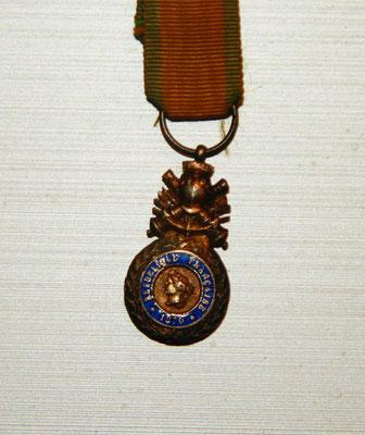 médaille militaire miniature ,modèle biface aux canons bélière fixe  .prix : 55 euros