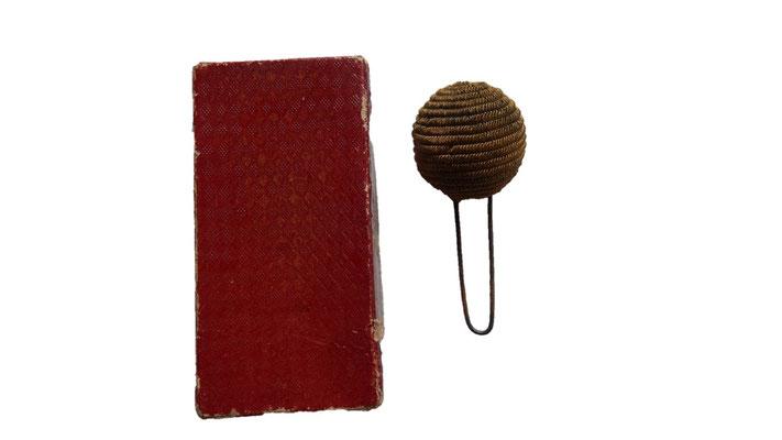 pompon képi canetille dans sa boite  : vendu  ref: pdu 02
