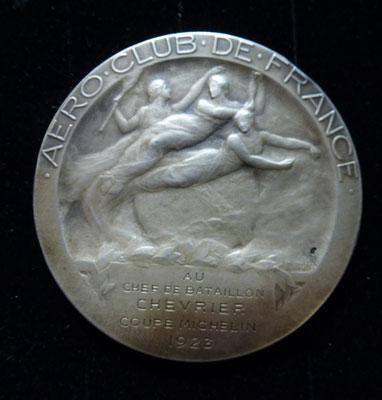 médaille en argent par E Blin  poids 54 gr diam : 5 cm  Aeroclub de france 1923 coupe Michelin attribué à un chef de bataillon Prix : 250 euros