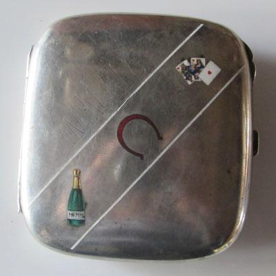 champagne mumm ,étui e à cigarettes en argent 800 millième allemand  106 gr étui de joueur de carte ,gravé au non de Marcelo,8.5 x 9.5 cm .prix 180 euros