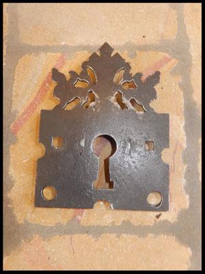 serrure ancienne de coffre ouvragée