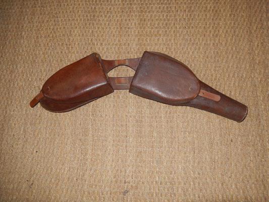 fontes d'officier   à un emplacement pour un pistolet  ou revolver très belle fabrication superbe état  250 euros