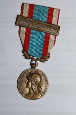médaille commémorative Afrique du nord  agrafe Algérie   . prix 25 euros