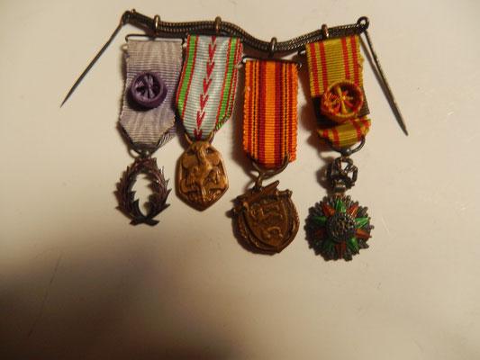 médailles miniatures , chaîne  suspension  argent.  prix: 70 euros