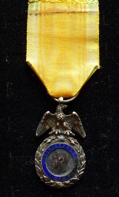 médaille militaire second empire manque emaille  au revers, éclat et réparation  à l'émail à 5 heures  Prix : 180 euros