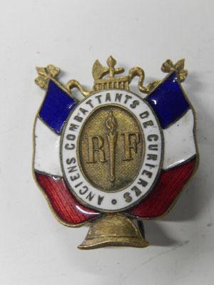 insigne  des anciens combattant de Curieres . prix : 30 euros