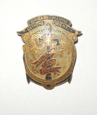 brigade marine extéme orient. tole peinte  numeroté au dos 840 , épingle en partie cassé . prix: 60 euros