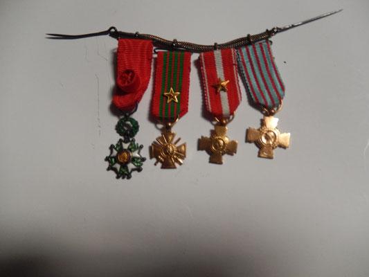 miniatures de médailles, chaîné de suspension argent .prix : 70 euros