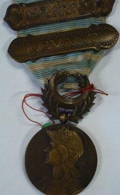 médaille du levant avec deux agrafes : levant et levant 25-26 (poinçonné argent)  Prix: 75 euros
