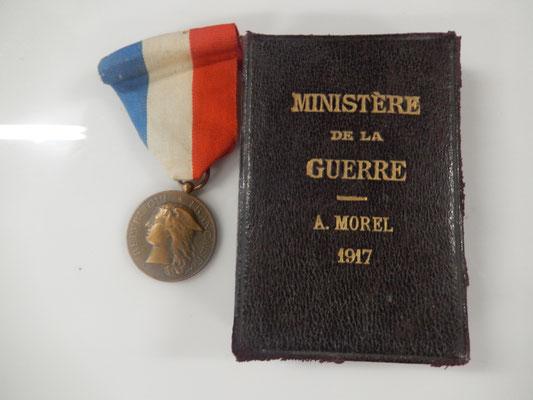 médaille du ministère de la guerre dévouement  épidémie. attribuée avec sa boite (manque un coté bas ) prix  : 80 euros