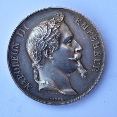 médaille en argent ( 38 gr) diam  4.1 cm ,par Barre.service gratuit  de medecine et de pharmacie ,à M. Giral officier  de santé à fontes (herault ) medecin des pauvres pour son devouement  1857 . prix 180 euros
