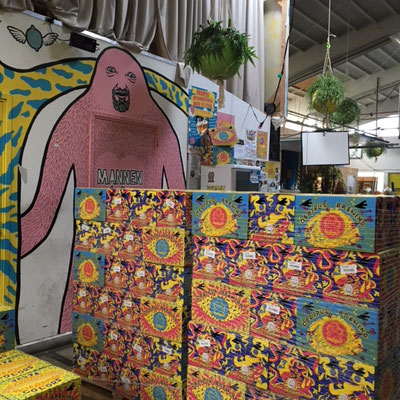 Het magazijn met kleurrijke omdozen