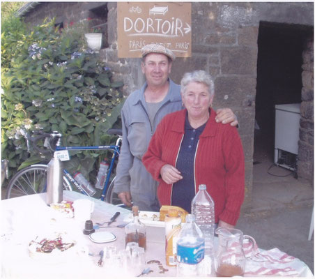 un accueil sympathique à l'entrée en Mayenne (avec du calva maison au milieu de la table)