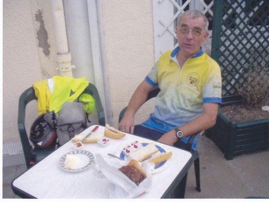 après 197 km de route de nuit, le petit-déjeuner du mardi matin, au Fresnay sur Sarthe
