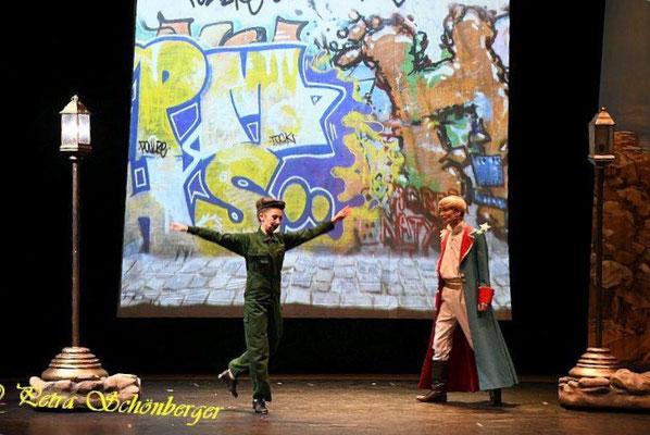 """als steppender """"Laternenanzünder"""" in """"Der kleine Prinz"""" Tour '18/'19 (Foto: Petra Schönberger)"""