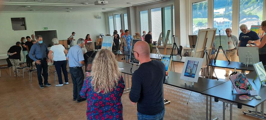 Die Künstler und Besucher sind anwesend.