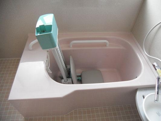 リフト付きの浴槽で、車椅子の利用者様も安心して入れます。