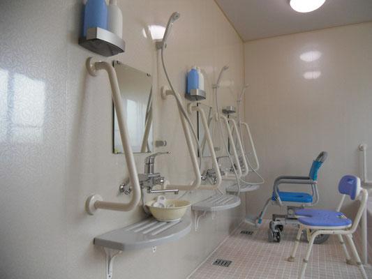 3人分のシャワースペースがあります。