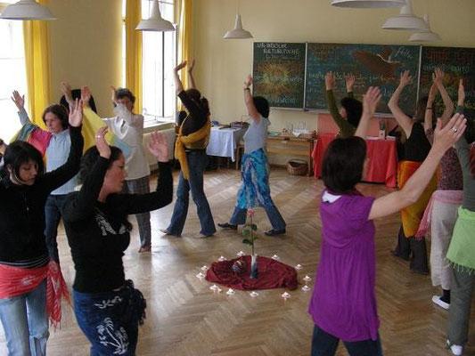"""""""Indianische Tänze"""" in der Freien Waldorfschule Innsbruck"""