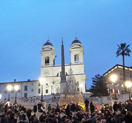 Blick von der spanischen Treppe auf die Kirche Trinitá dei Monti in Rom