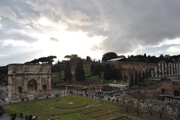 Blick vom Kolosseum zum Forum Romanum in Rom