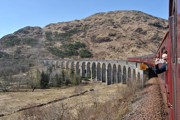 Harry Potter Brücke / Glenfinnan Viadukt während der Fahrt mit dem wahren Hogwarts Express (Discover Scotland Tours)