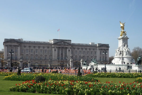 Money saving tips London - Changing the guards at Buckingham Palace