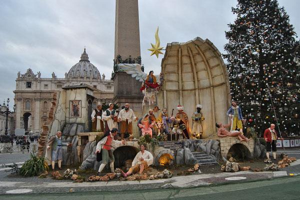 Krippe und Weihnachtsbaum auf dem Petersplatz in Rom