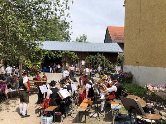 Die Blaskapelle Unterschweinbach beim Mühlenfest