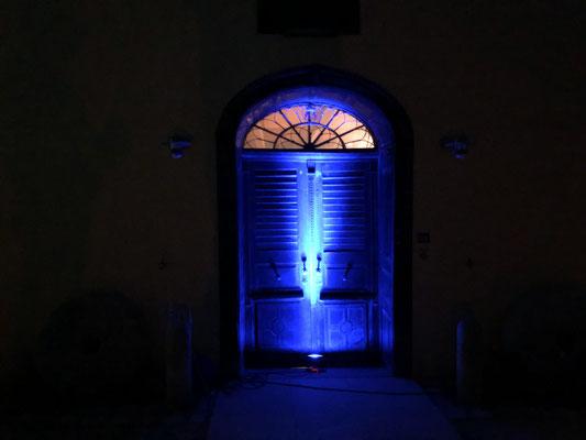 Hauptportal bei Nacht während einer Veranstaltung