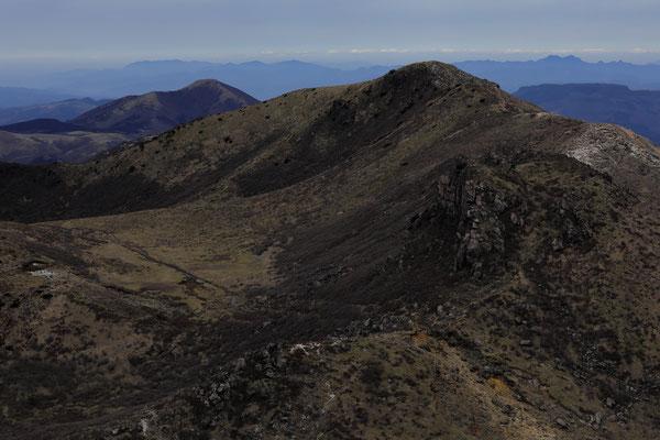 星生山と湧蓋山(左奥)
